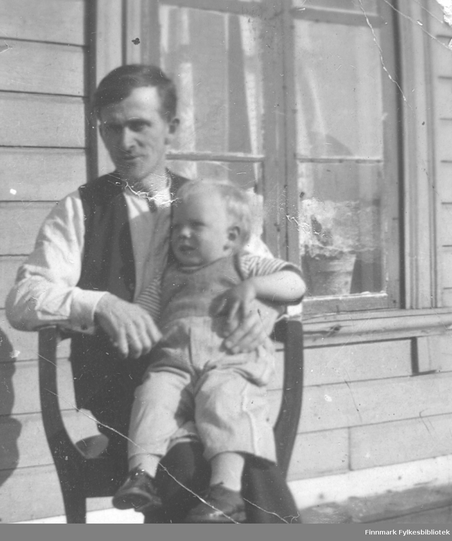 Harry Ebeltoft fotografert ca. 1938. På fanget sønnen Jan