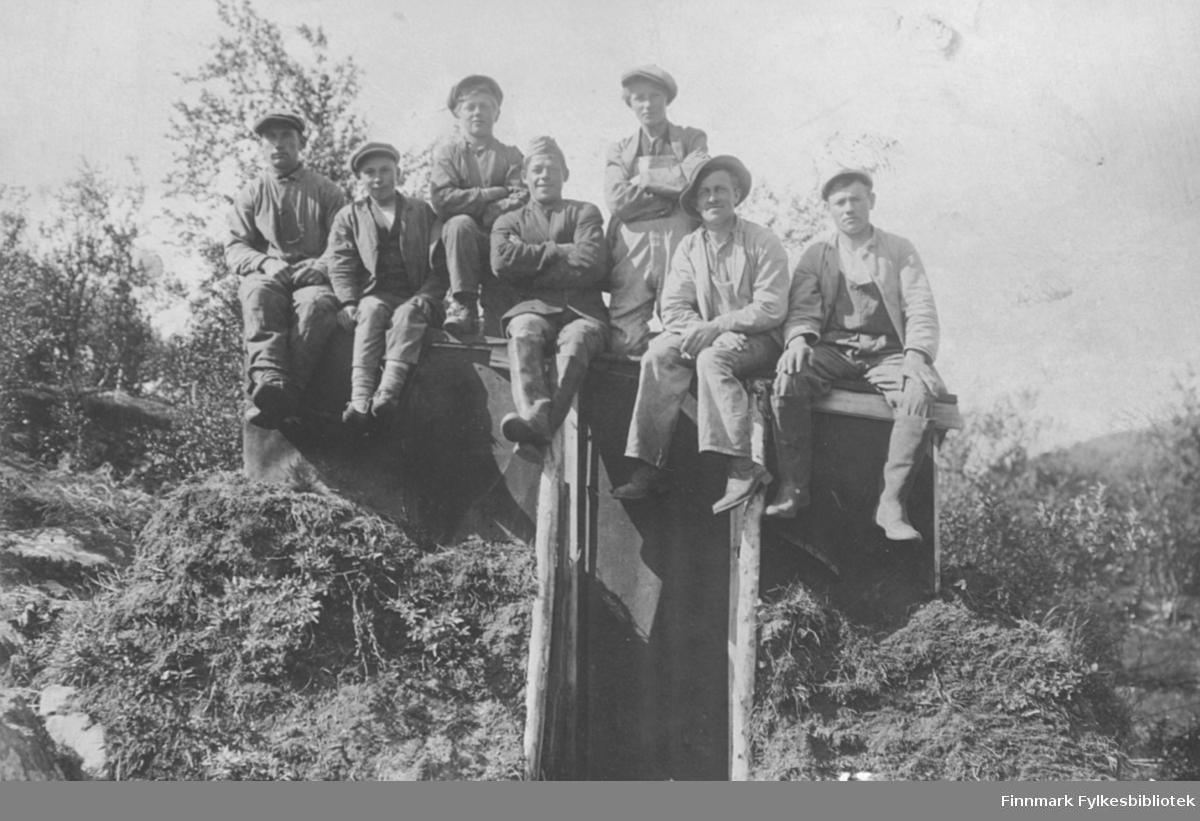 Gjengen som tok seg av malerarbeidene på Lebesby skoleinternat ca. 1930-1932. Harry Ebeltoft sitter som nr to fra høyre, med hatt. De andre er ukjente
