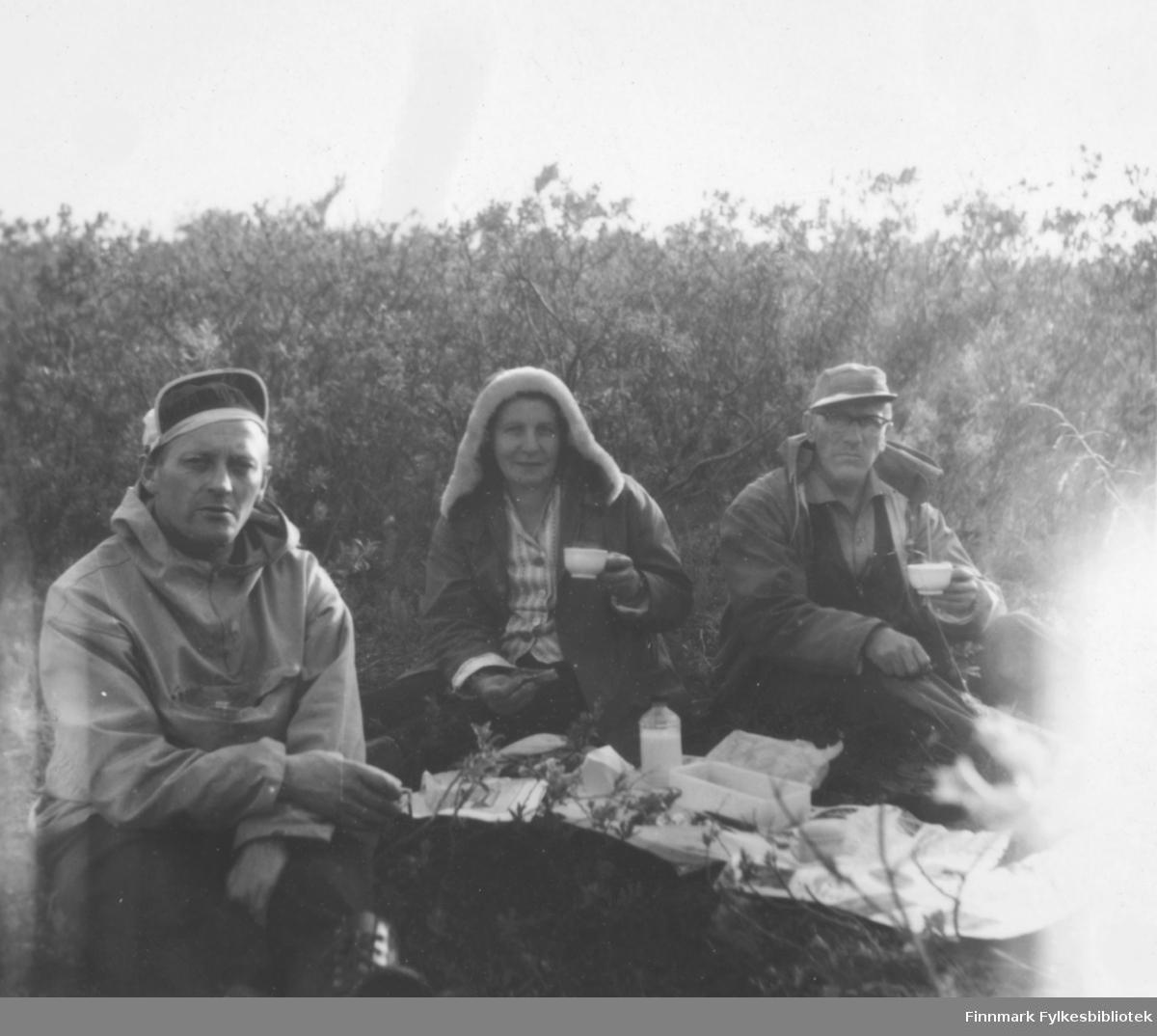 På tur, antakelig i Skallelv på begynnelsen av 1960-tallet. Fra venstre: Fritz Ebeltoft, Edith og Arne Berg