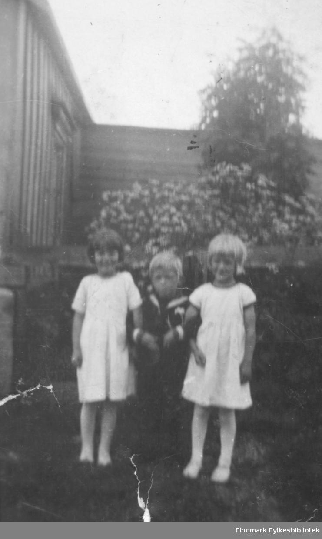 Edith og Ingrid Leiknes med Jan Grefstad eller Walter Ronthi mellom seg