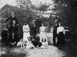 Familjegrupp framför villa