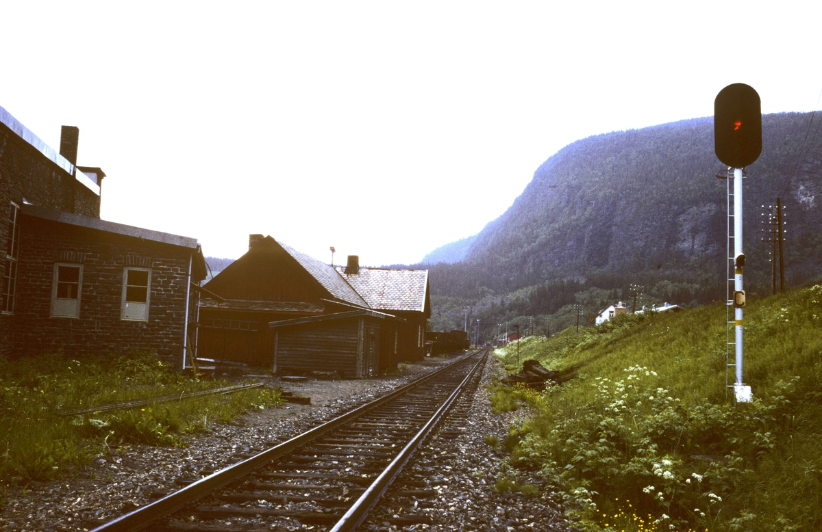 Innkjørhovedsignal C Grong stasjon for innkjøring fra Namsosbanen. Stasjonen hadde enkelt sikringsanlegg, dvs. kontrollåste sporveksler for alle togveier og innkjørhovedsignaler med forsignaler. Dessuten hjelpesignal, som sees på masten.