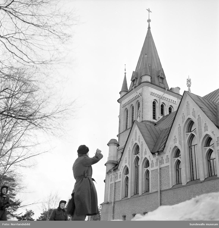 Reklamskyltarna för alpina SM i Sundsvall blåste ner från Skönsmons kyrka.