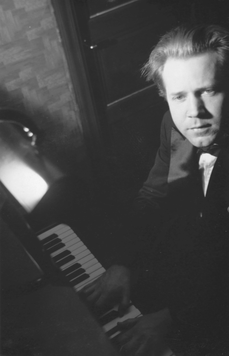 Komponisten og organisten Godtfred Pedersen spiller piano.