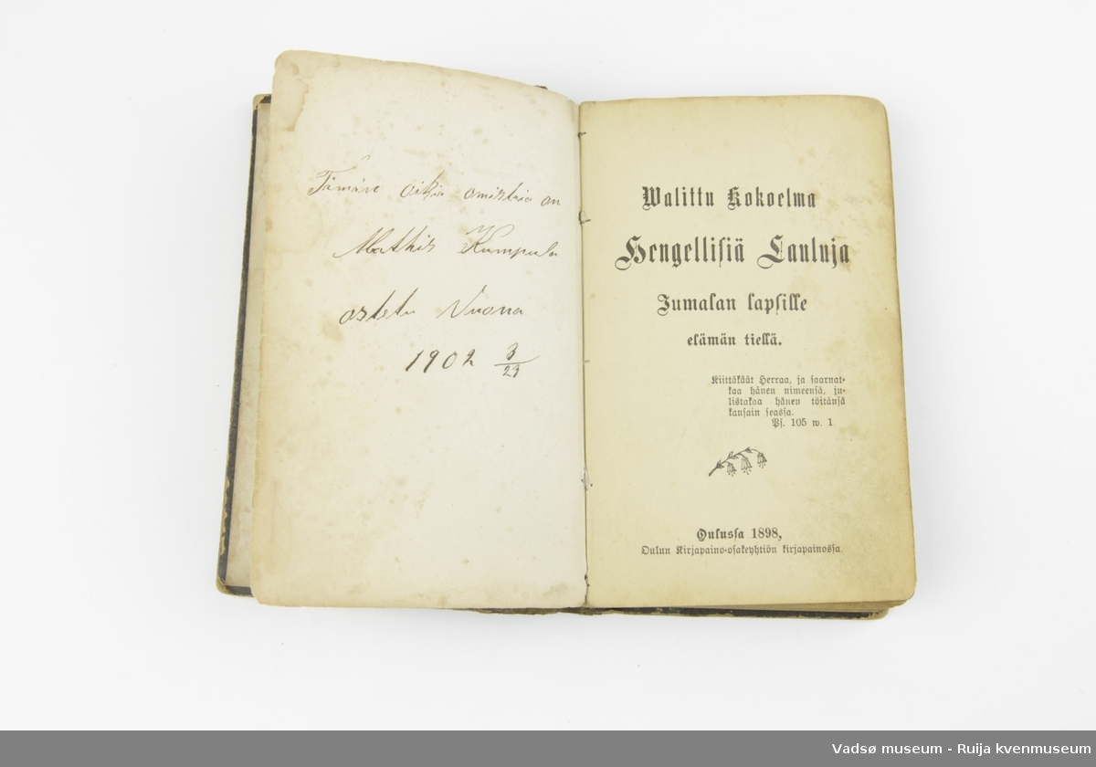 Finsk salmebok fra 1898. Permer i papp kledd i brunt skinn. Bokryggen er forsterket med tråd, sydd med brede sting.