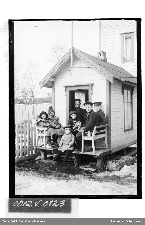 En gruppe av barn foran dukkestuen