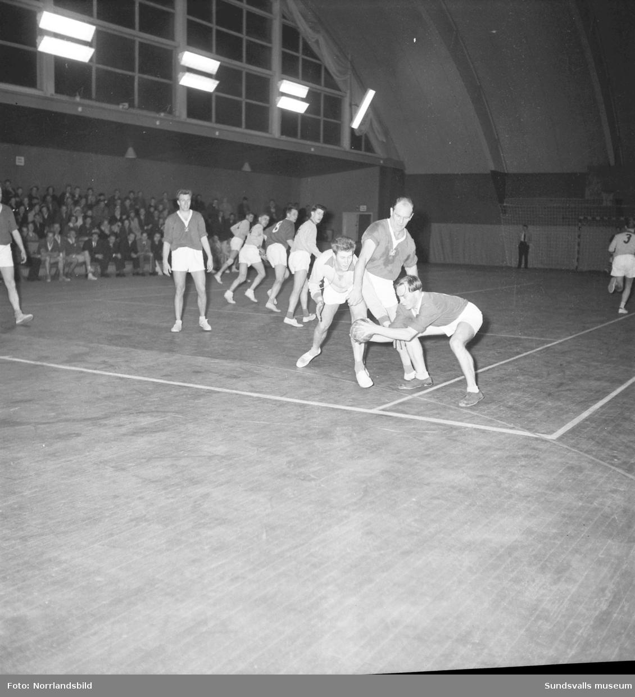 Handbollsmatch i tennishallen, Heffners-Sollefteå. Mellan de två hukande spelarna på första bilden syns Sollefteåspelaren Gustav-Adolf Jansson.
