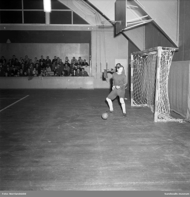 Handbollsmatch i tennishallen.