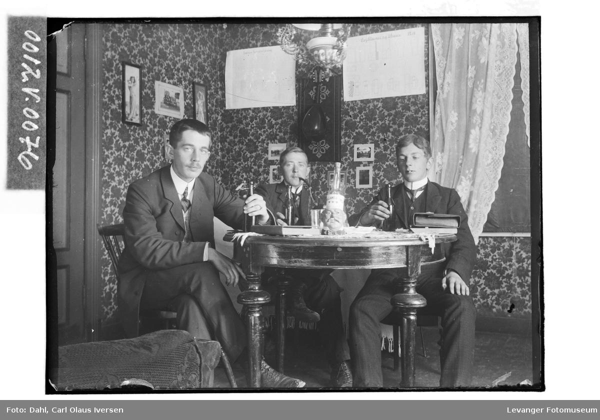 Tre menn drikker øl