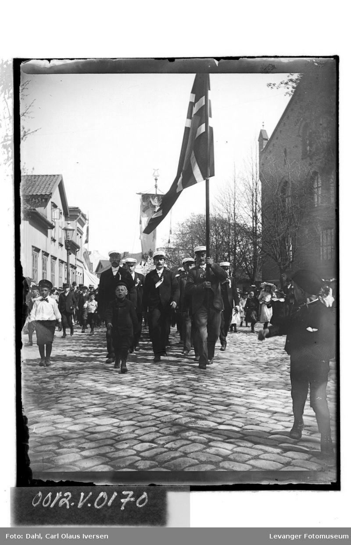 Oppmarsj gjennom byen med flagg