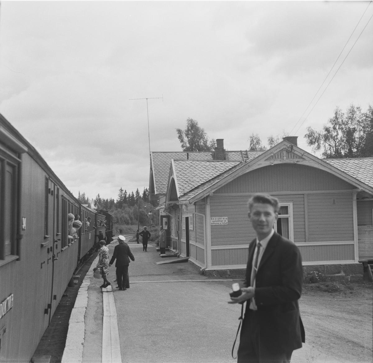 A/L Hølandsbanens veterantog fra Eina til Skreia på Bøverbru stasjon.