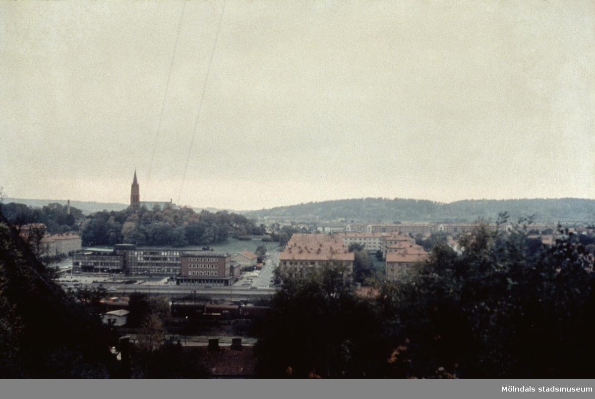 Vy över Mölndal sett från Enerbacken. Till vänster ses Fässbergs kyrka och Mölndals stadshus.  Mölndal, 1970-talet.