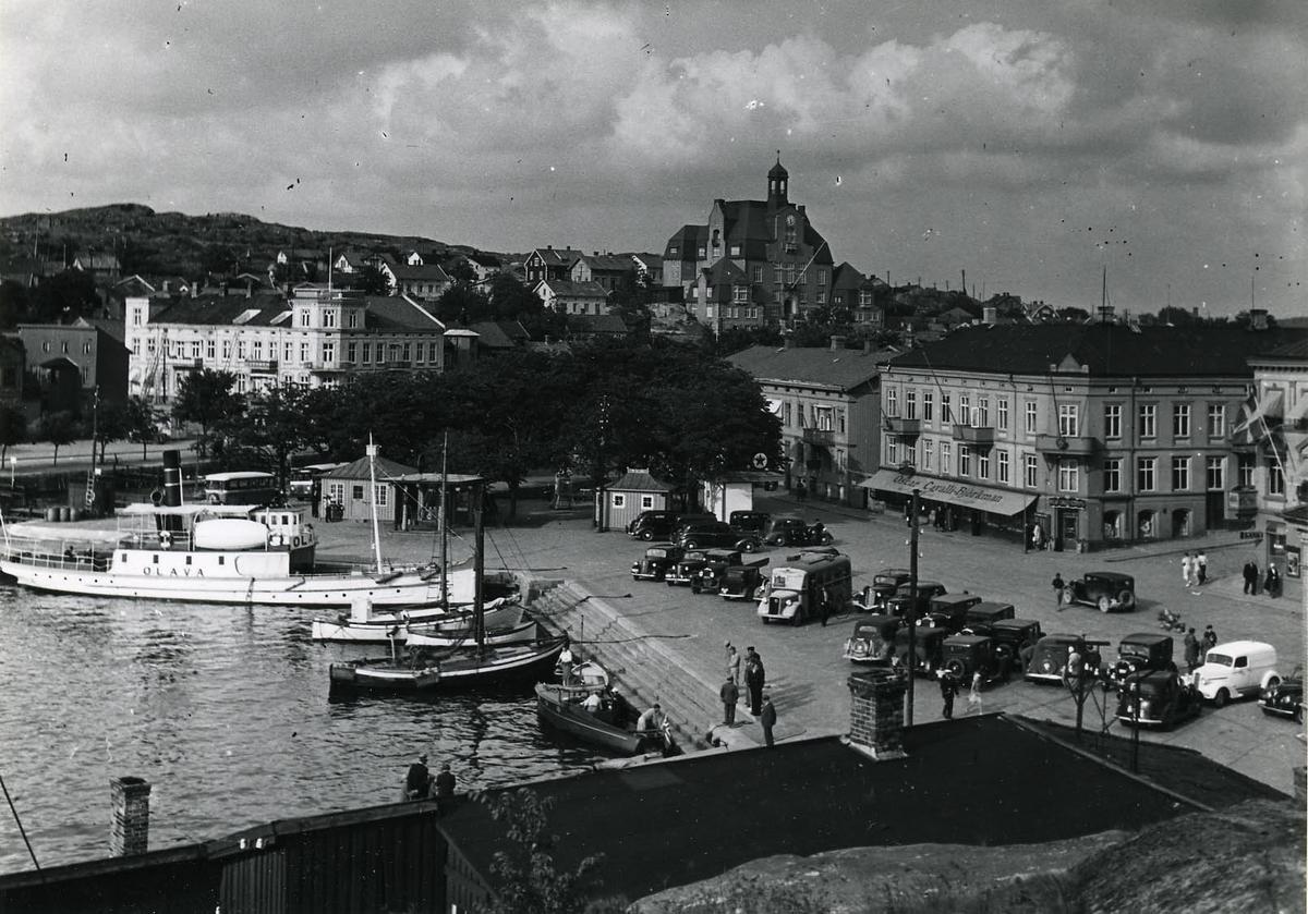 Inre hamnen med pass.-ångf Olava av Halden.