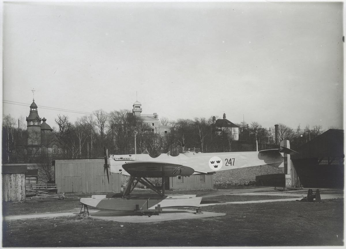 Övrigt: Hansa typ 47 (Heinkel HE 4) var en tresitsig vidareutveckling av typ 42 (i Flygvapnet S 3), som hade två besättningsmän. Det beställdes 1926 till Marinens Flygväsende i ett exemplar, som överfördes till Flygvapnet och tjänstgjorde där till 1931 under typbeteckningen S 4 och med reg. nr. 247. Denna maskin liksom S 3:orna gick p g a sitt släktskap med Hansa typ 31 och 32 från Hansa und Brandenburgische Flugzeugwerke under benämningen Hansa-Brandenburg; de kallades även Rolls-Hansa efter motortypen. Motor Rolls-Royce Eagle IX 360 hkr, spännvidd 18 m, längd 12,67 m.