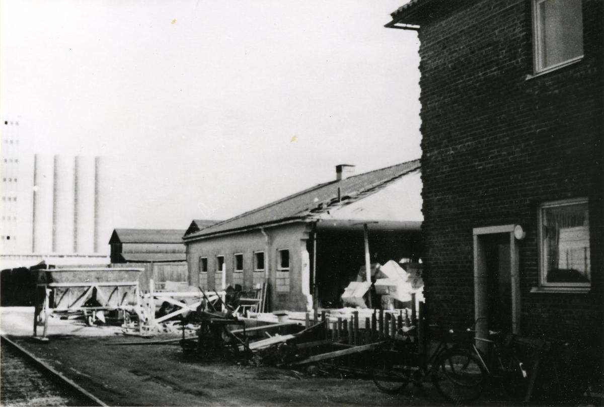 Gamla matsalen till vänster med tvättrum mitt i. Där nya stuverikontoret (tegelhuset till höger) nu står, fanns förr väntrum med träbänkar runt samt kontor. Senare flyttades väntrum och kontor till östlig flygelbyggnad. Bilden från mitten 1960-talet.