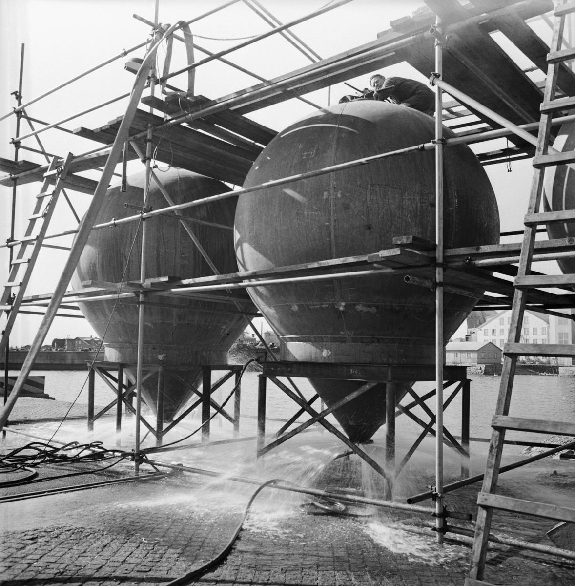 Övrigt: Foto datum: 20/5 1964 Verkstäder och personal. Cementbehållare i verkstan (drift). Närmast identisk bild: V28650 och V28651, ej skannade