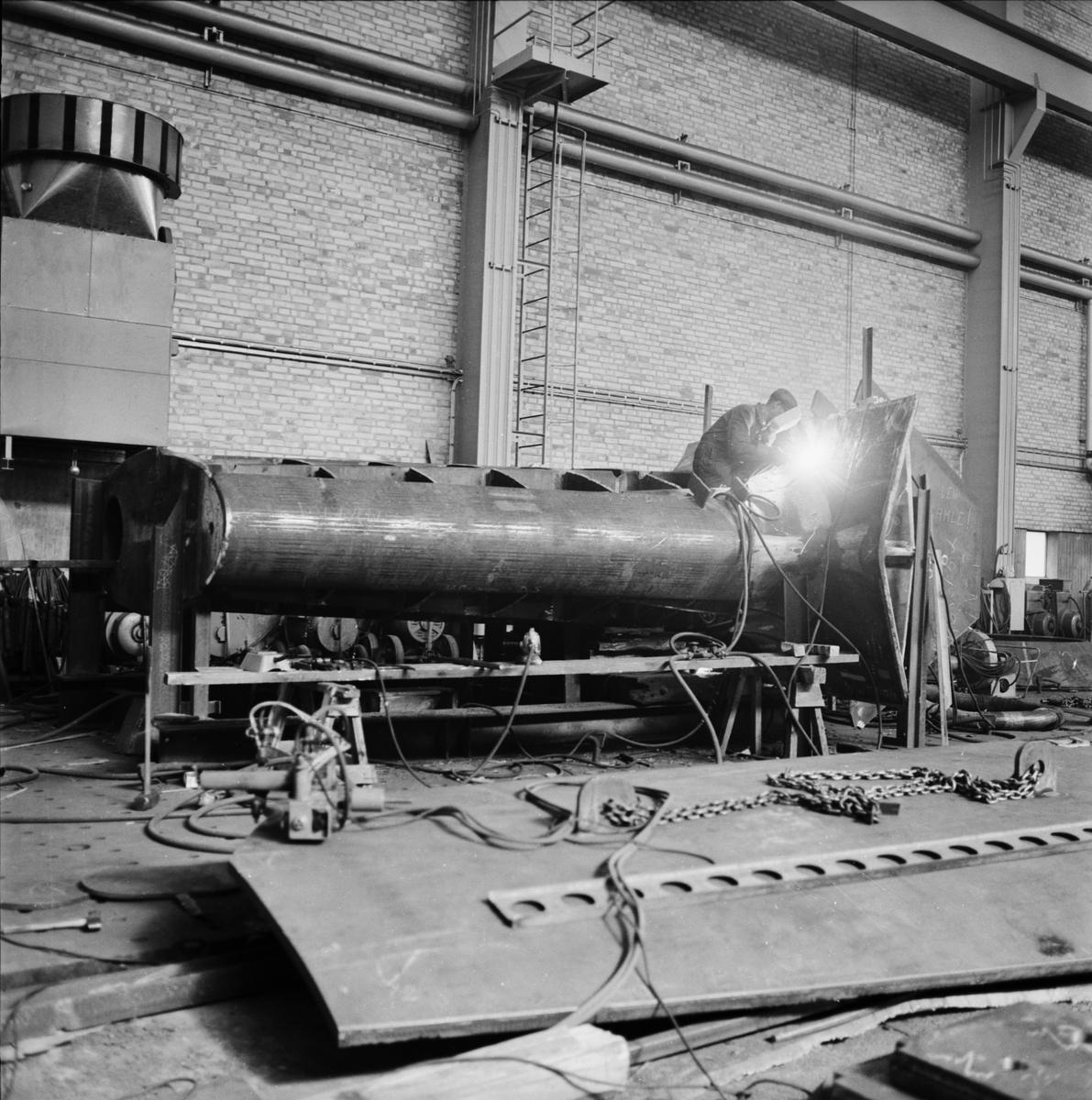 Övrigt: Foto datum: 22/6 1964 Verkstäder och personal. Förstäv i plåthallen överbyggn, i pannverkstan. Närmast identisk bild: V28869, ej skannad