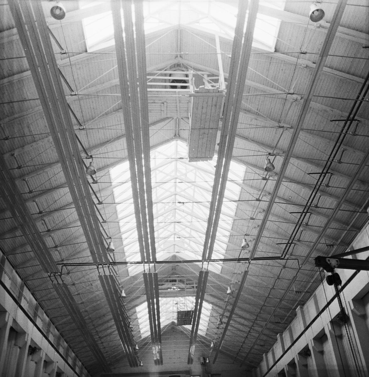 Övrigt: Foto datum: 24/9 1964 Verkstäder och personal. Lärlingsskolan, g:a pannverkstan uppfinning. Närmast identisk bild: V28964 och V28965, ej skannade