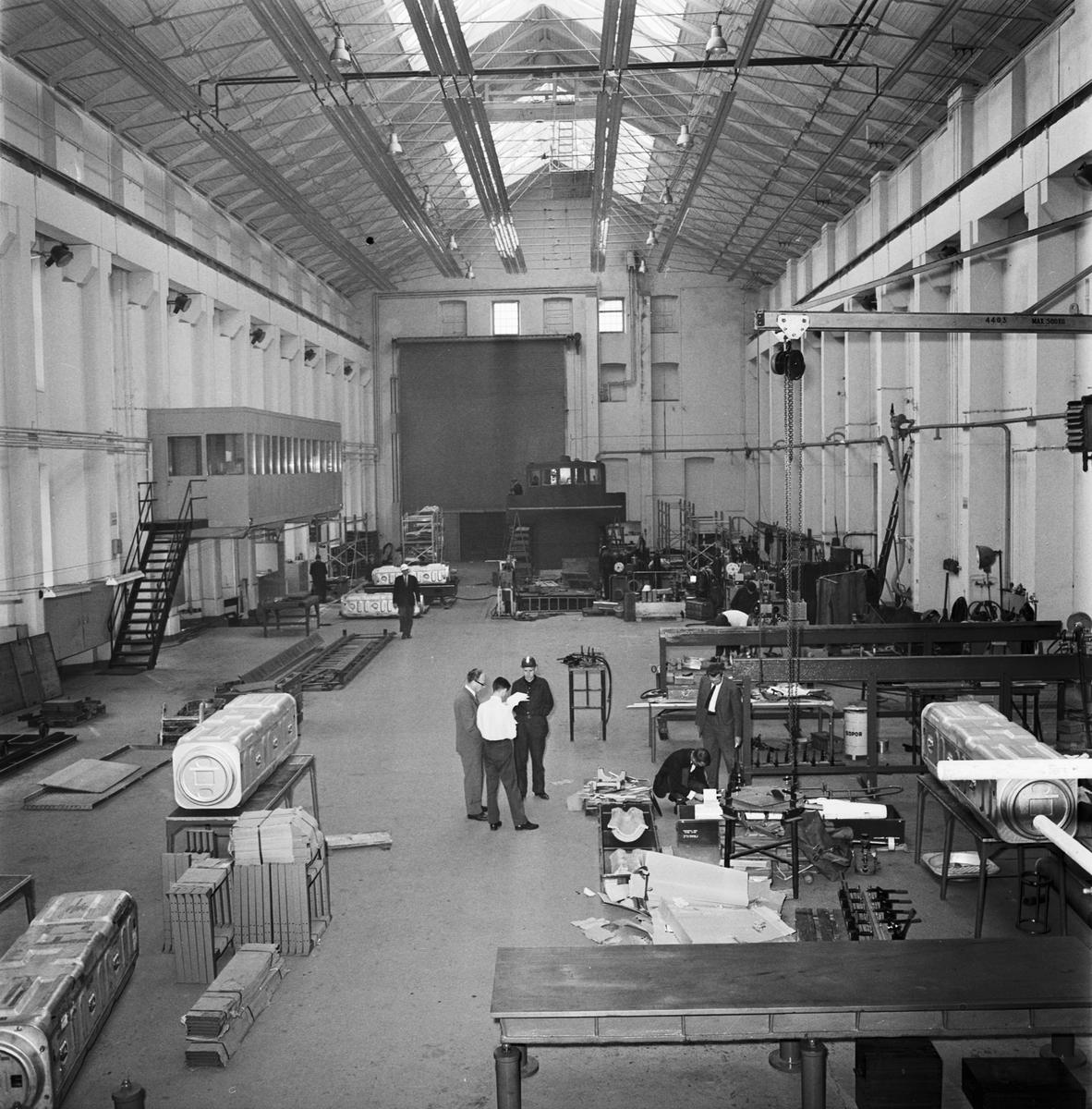 Övrigt: Foto datum: 24/9 1964 Verkstäder och personal. Lärlingsskolan, g:a pannverkstan uppfinning. Närmast identisk bild: V28966, ej skannad