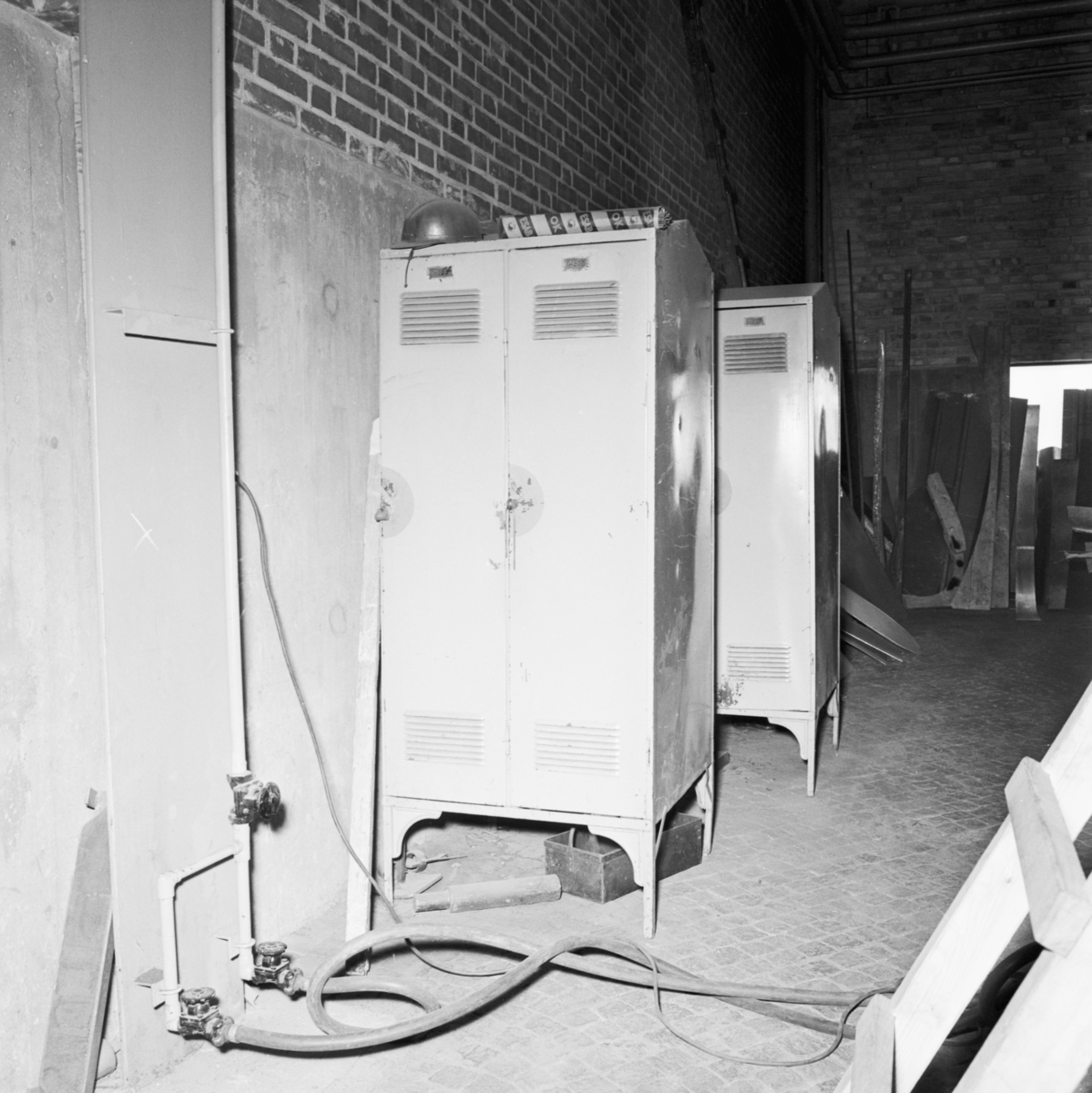 Övrigt: Foto datum: 13/6 1966 Byggnader och kranar Oreda och skräp i svets och plåtverkstan