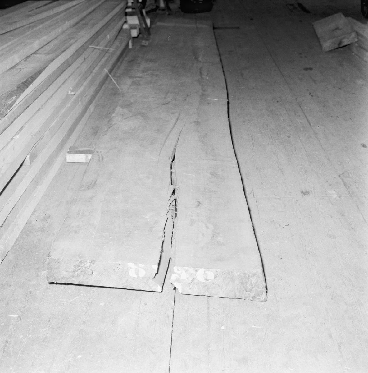 Övrigt: Foto datum: 28/3 1956 Byggnader och kranar Utrustningsverkstan sprucken planka