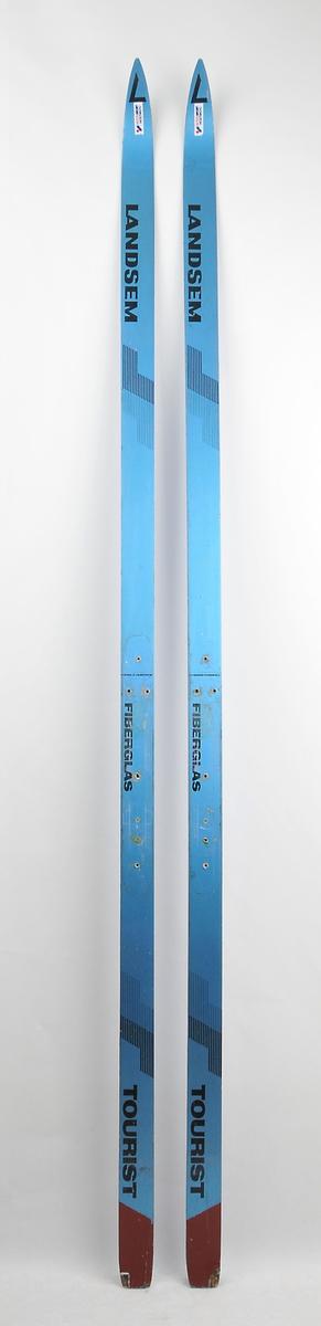 Langrennski laga av glasfiber. Blå overside med blå såle av plast. Det har vore bora hol til bindingar.