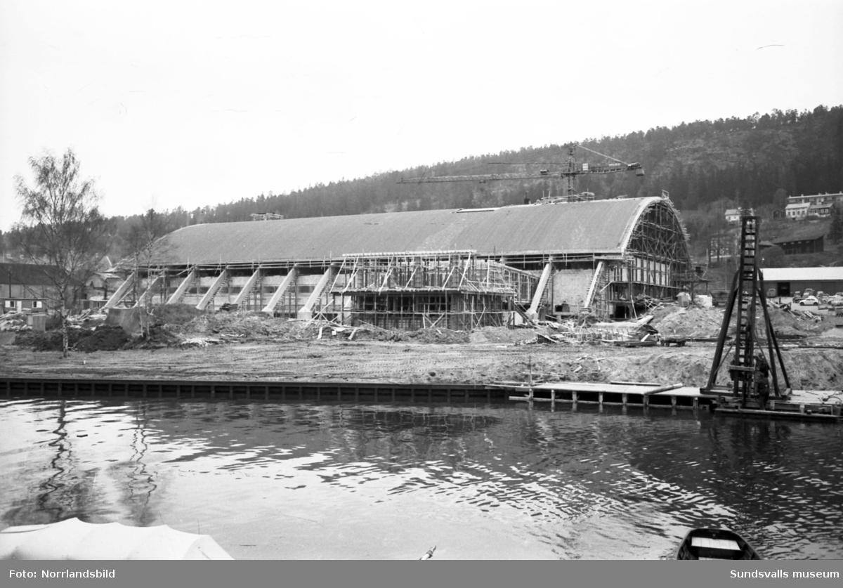 Sporthallen under byggnation, bilder från olika vinklar.