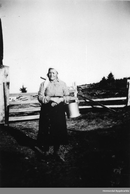 Anne Solheim ved Teigabua på Krosstølane , ca. 1945