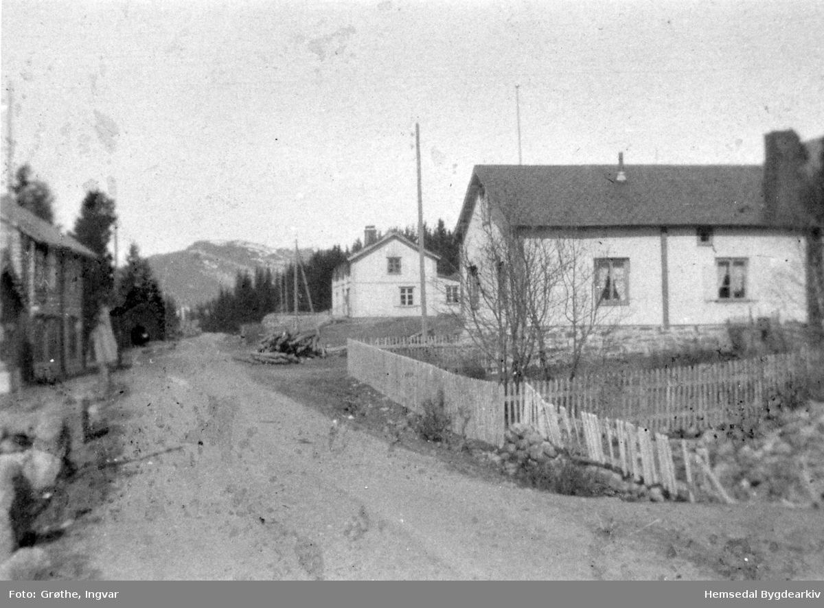 Kirkebø Hotell til venstre og bruka nordre - og søre Bygdheim i Trøym sentrum i Hemsedal ein gong i perioden 1920 - 1940.