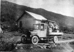 Ingvar Grøthe med lastebilen ved Torsbu i Hemsedal i 1926.