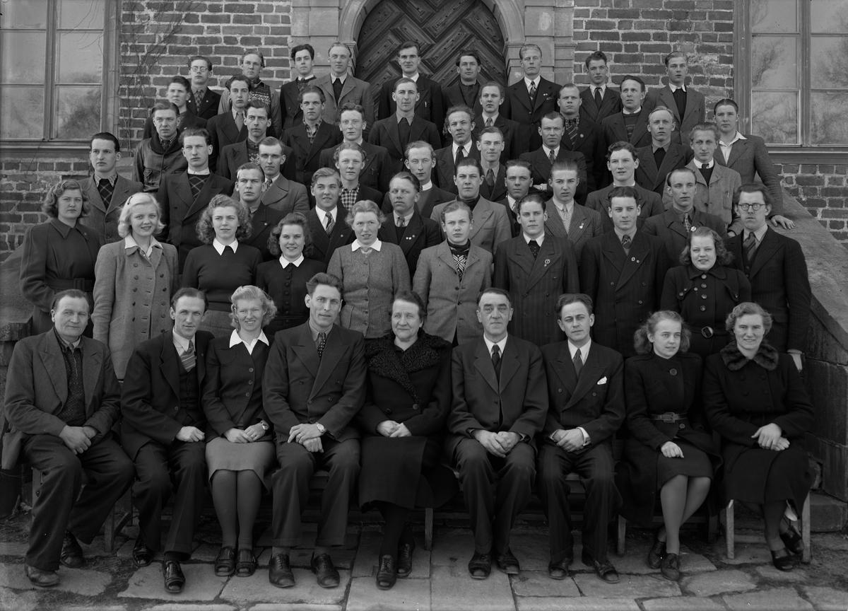 Grupporträtt - lärare och elever vid Wiks folkhögskola, Vik, Balingsta socken, Uppland 1945