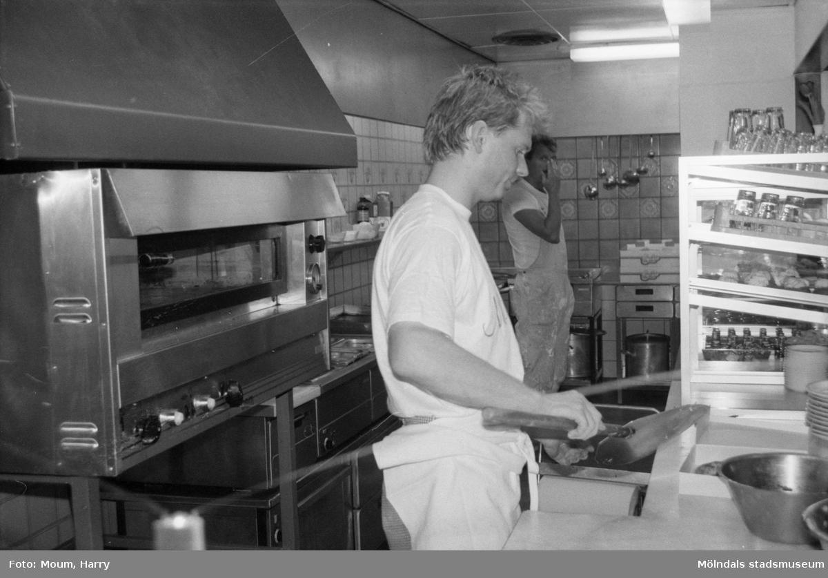 """Nya restaurangen """"Morella"""" i Lindome centrum, år 1985.  För mer information om bilden se under tilläggsinformation."""