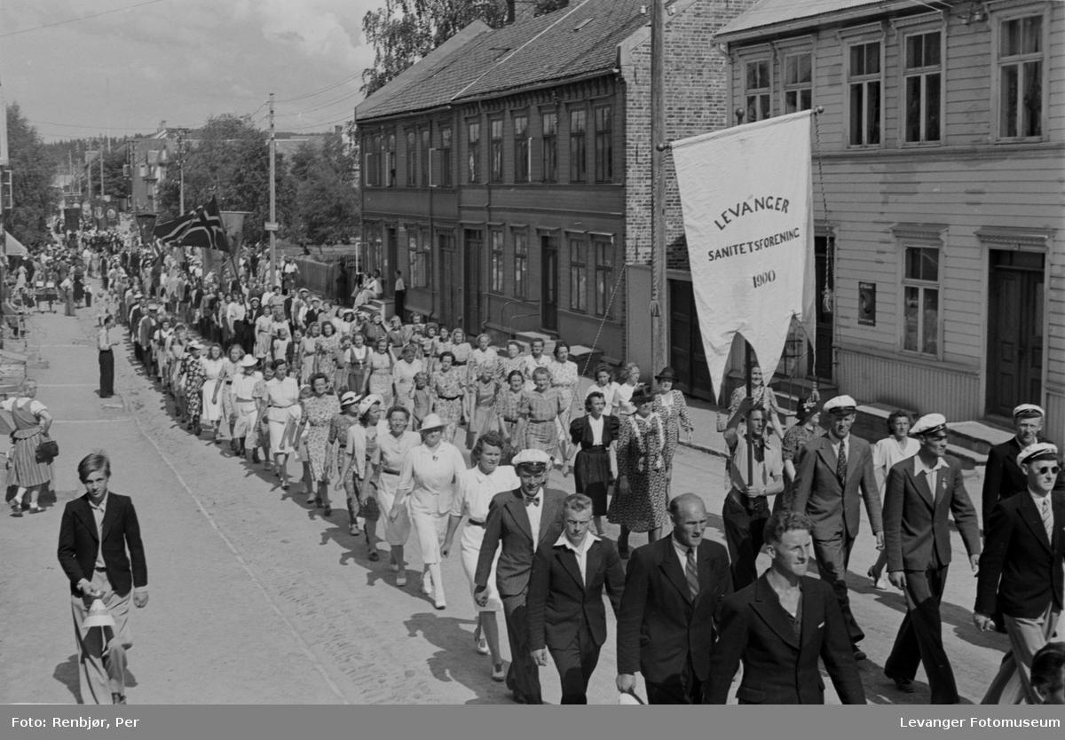 Levanger sanitetsforening deltar i arrangement til inntekt for heltefondet sommeren 1945.