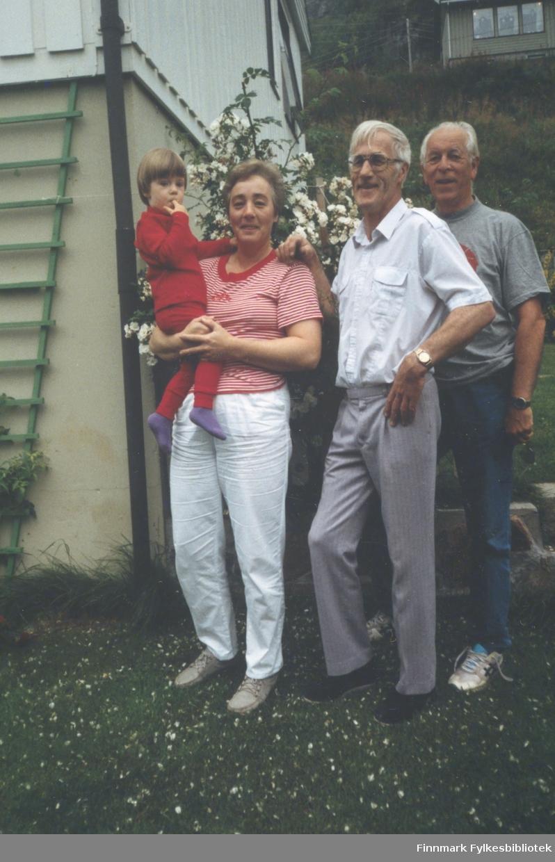 Familien Bye har fått besøk av Jon Martin Alnes som var lærer på Øksfjord barneskole 1953-1955. Fra venstre: Yngvill Bye med Hilde på armen, Ingolf Bye, Jon Martin Alnes