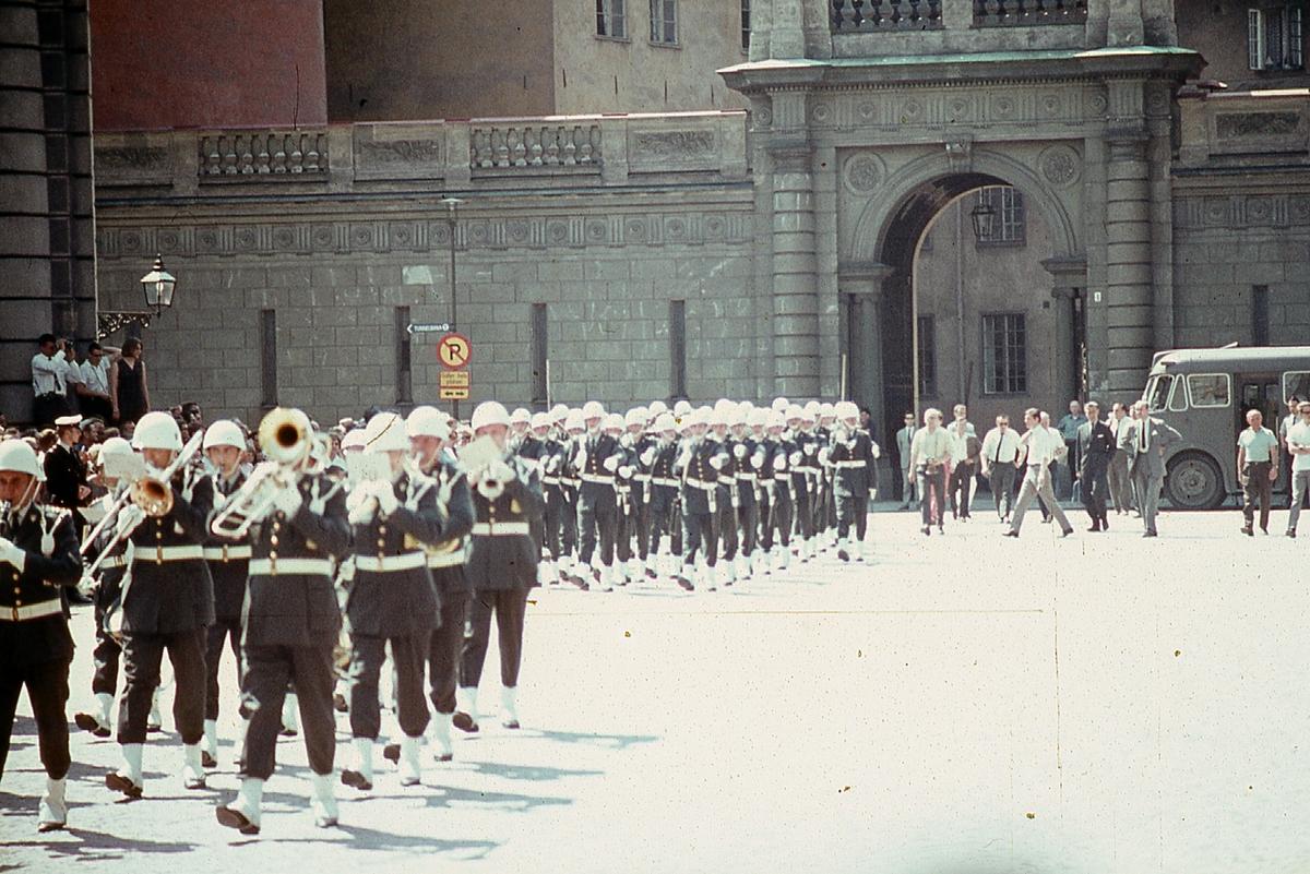 Värnpliktiga från I 21 Västernorrlands Regemente Sollefteå på väg till högvakt vid kungliga slottet i Stockholm.