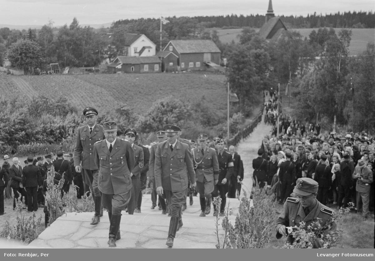 Fra Nasjonal Samlings stevne, riksmøte, på Stiklestad 1944. Quisling og tyske soldater kommer opp bakken