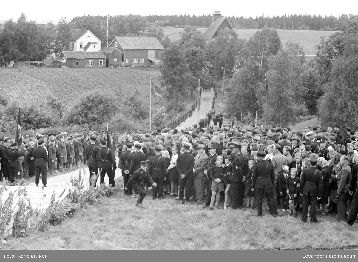 Fra Nasjonal Samlings stevne, riksmøte, på Stiklestad 1944. Hird, barne- og ungdomshird blandt de fremmøtte,