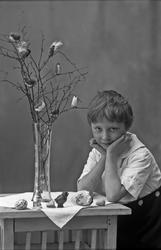 Pojke fotograferad med sitt uppradade påskgodis och ett påsk