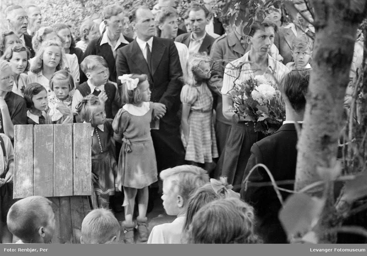 Kransenedleggelse på arrangementet til inntekt for heltefondet sommeren 1945.