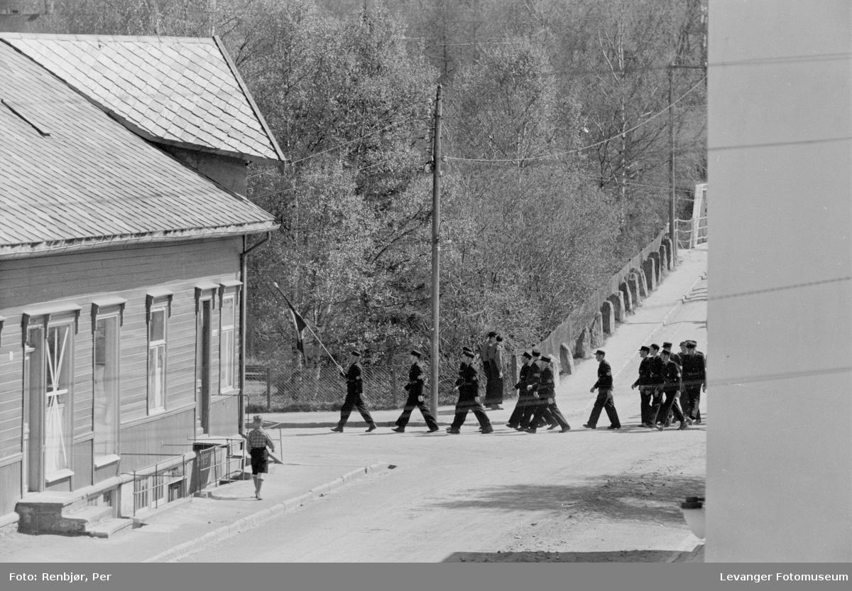 Nasjonal Samling, hirden marsjerer  over brua mot Brugata i Levanger.