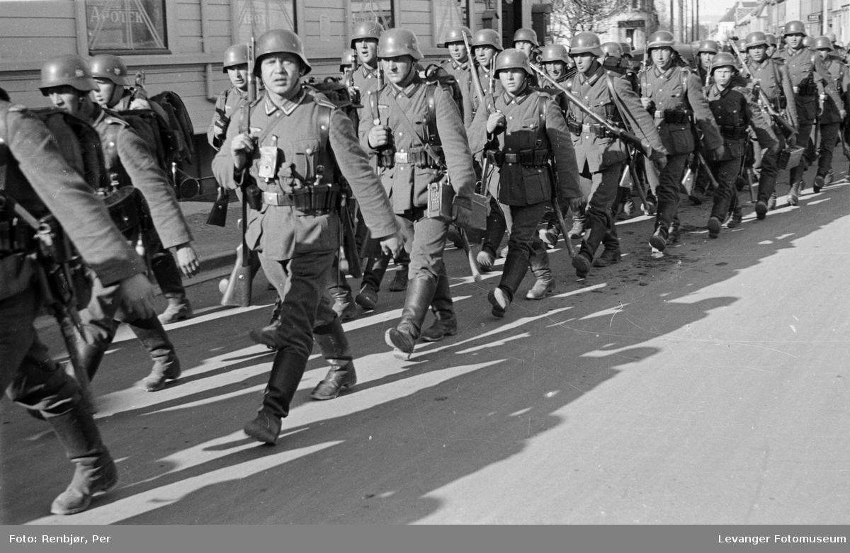 Tyske soldater marsjerer i gatene i 1940.