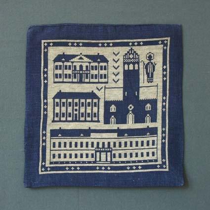 Kuddvar med motiv från Växjö broderat i korsstygn på blått linne.