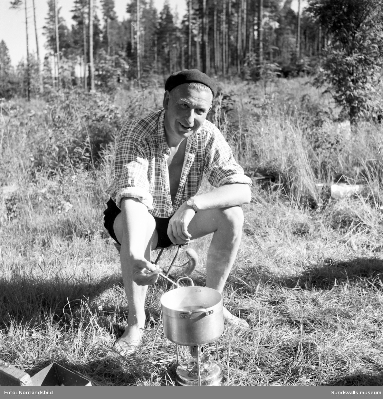 En campare lagar mat i det fria vid Fläsians camping.