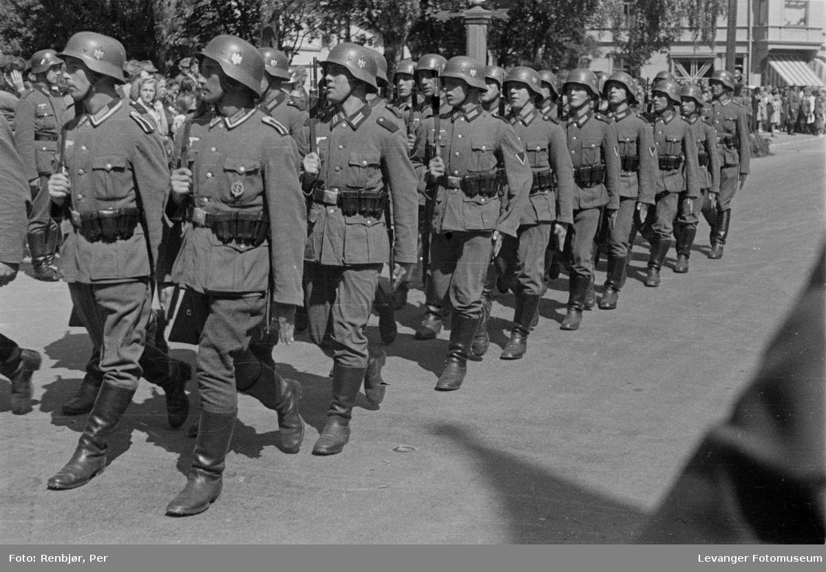 Tyske tropper marsjerer i Levangers gater.