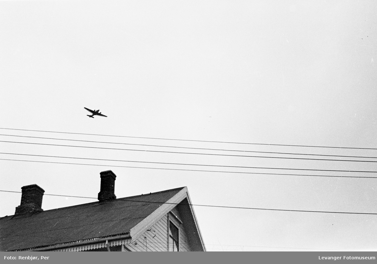 Tysk oppklaringsfly over byen