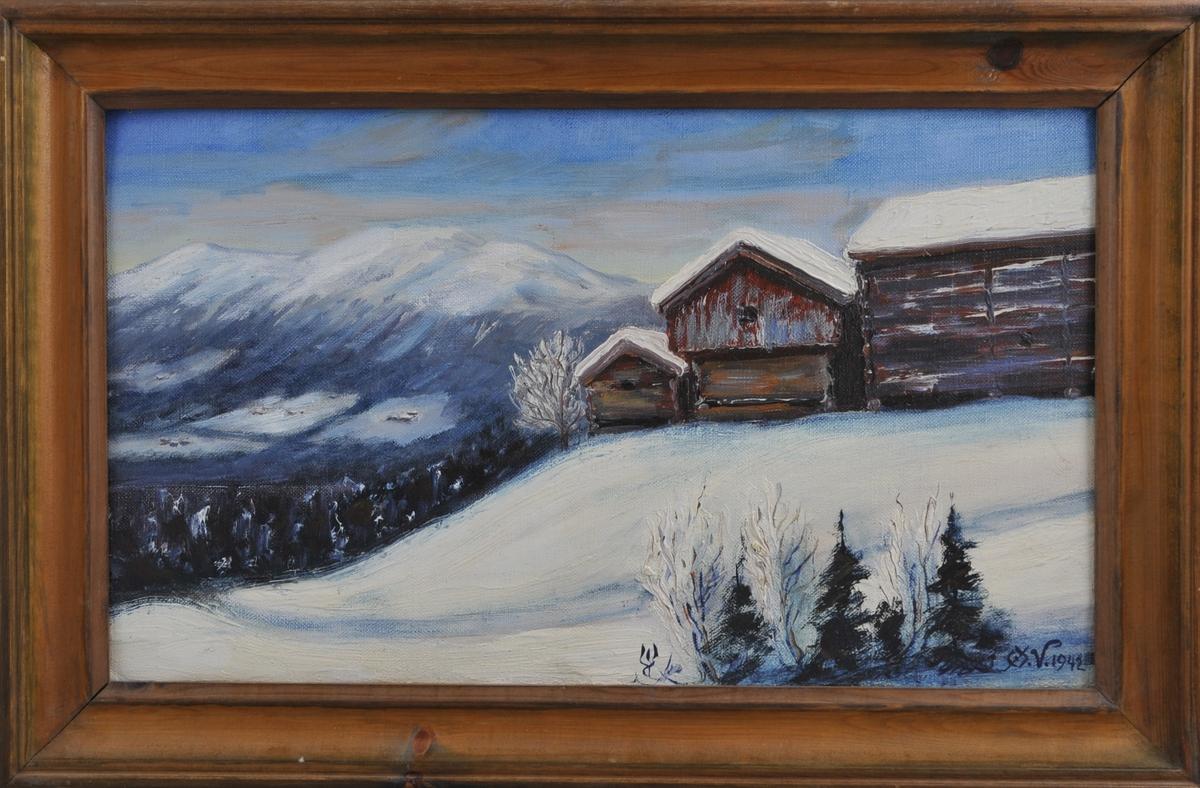 Vinterlandskap med to gamle stabbur og låve på toppen av ein bakke. Gardar og fjell i bakgrunnen.