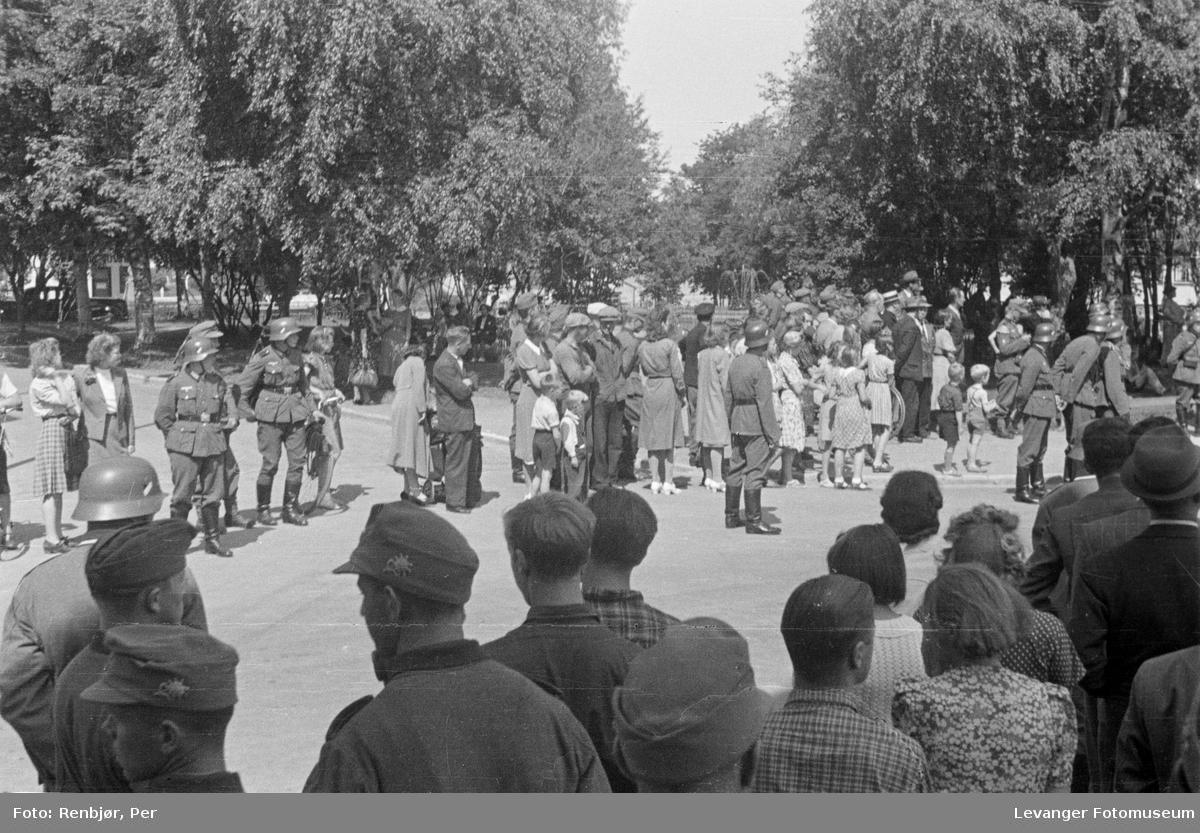 Tyske soldater blant lokalbefolkningen, juni 1941