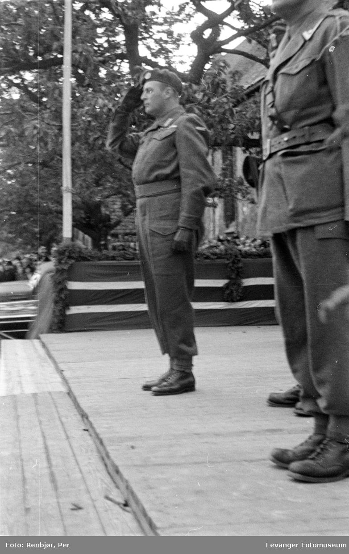 Kronprins Olav på ærestribunen.