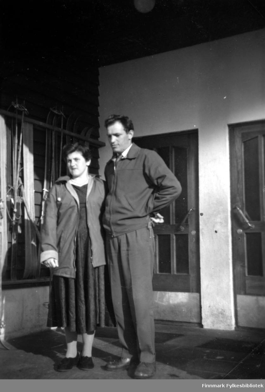 Fotografi av Sonja og Egil Stenbakk fotografert i Bugøynes i 1959.