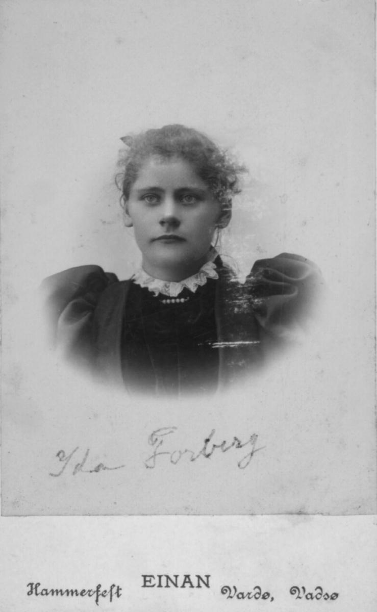 Portrett av Ida Forberg. Hun var datter av tollbetjent og havnefogd i Vadsø Michael Julius Michaelsen og hustr Petrine Pauline. Ida giftet seg med Fredrik Forberg